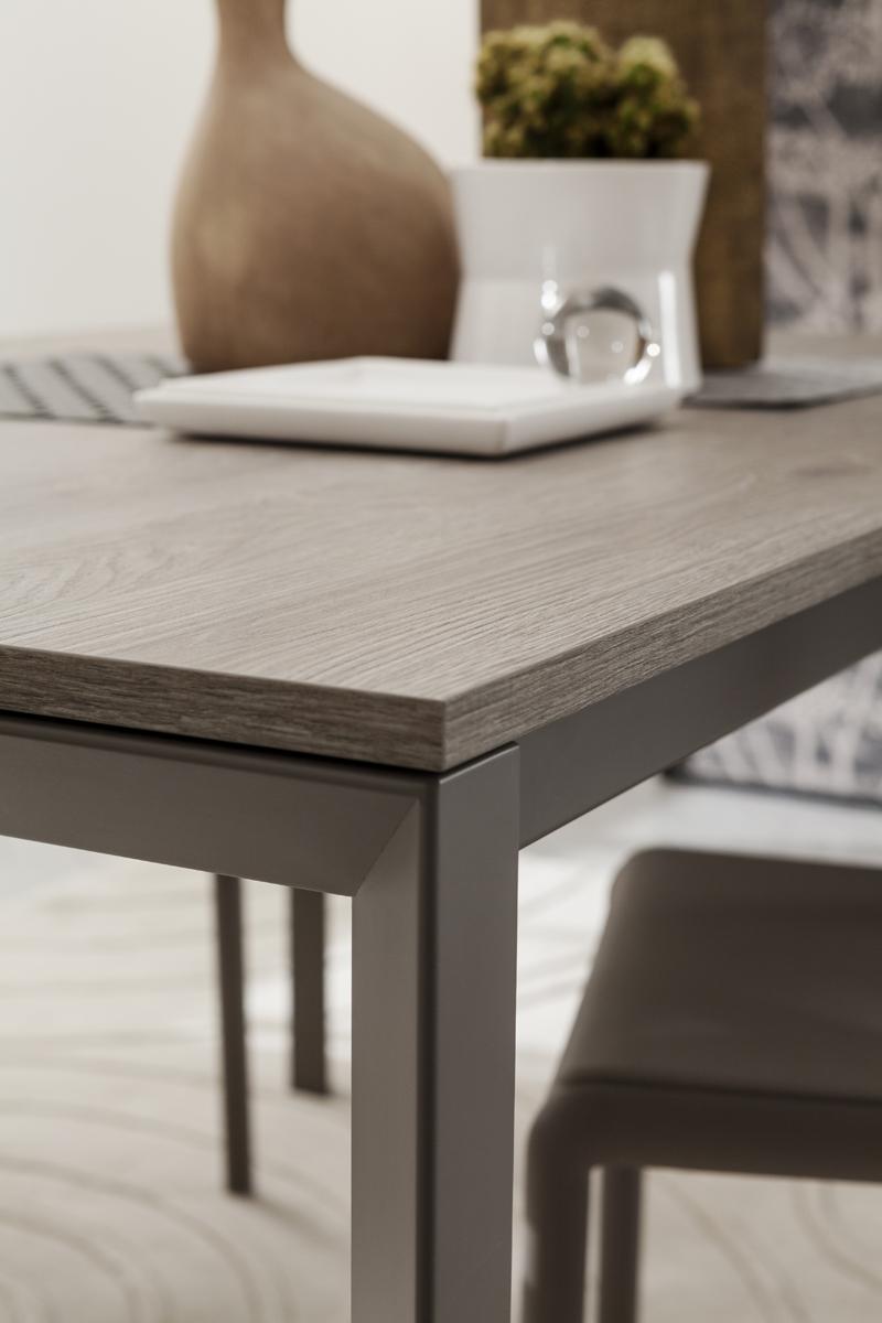 Mauro tavolo classico con gambe il metallo verniciato for Di mauro arredamenti