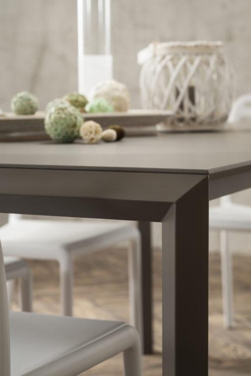 Simone - Tavolo moderno raffinato con struttura in metallo laccato